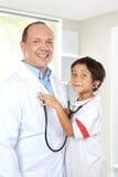 El doctor se divierte con su paciente Imagen de archivo libre de regalías