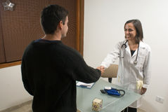 El doctor Shaking Hands con el paciente - horizontal Fotografía de archivo