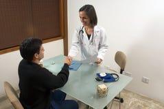 El doctor Shaking Hands con el paciente - horizontal Foto de archivo