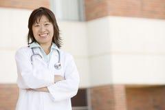 El doctor Standing Outside A Hospital Fotografía de archivo libre de regalías