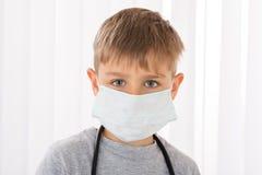 El doctor With Surgical Mask del muchacho Imagenes de archivo