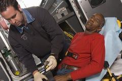 El doctor Taking Care Of un hombre mayor Fotos de archivo libres de regalías