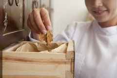 El doctor Taking Herb Used para la medicina china tradicional fuera de un cajón Foto de archivo libre de regalías
