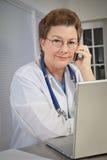 El doctor Talking de la mujer en el teléfono Fotos de archivo libres de regalías
