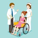 El doctor Talking With Pregnant en la silla de ruedas y la enfermera Fotos de archivo libres de regalías