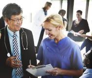 El doctor Team Treatment Plan Discussion Concept Fotos de archivo