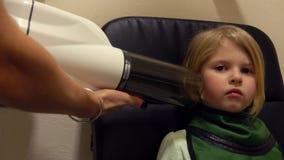 El doctor toma la imagen de la radiografía de dientes y del mandíbula almacen de video