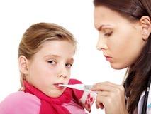 El doctor toma temperatura del niño Fotografía de archivo libre de regalías