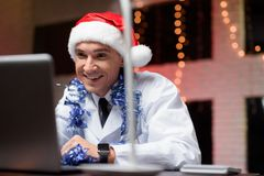 El doctor trabaja en el ` s Eve del Año Nuevo Él puso un sombrero del ` s del Año Nuevo y habla en el vídeo Imagen de archivo libre de regalías