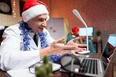 El doctor trabaja en el ` s Eve del Año Nuevo Él puso un sombrero del ` s del Año Nuevo y habla en el vídeo Imágenes de archivo libres de regalías