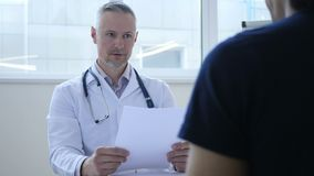 El doctor trastornado Discussing Medical Papers con el paciente metrajes