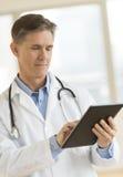 El doctor Using Digital Tablet en clínica Fotos de archivo libres de regalías