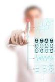 El doctor utiliza el ordenador para los exámenes médicos foto de archivo libre de regalías