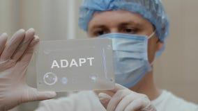 El doctor utiliza la tableta con el texto se adapta metrajes