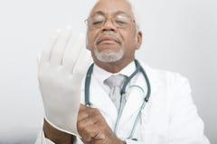 El doctor Wearing Protective Gloves en la clínica Foto de archivo