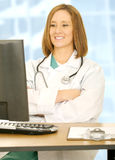 El doctor Woman Folding Hand y Sc de observación del ordenador Imagen de archivo