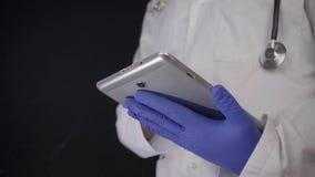El doctor Working con concepto de la investigación del Tablet PC Tiro aislado en fondo negro almacen de metraje de vídeo
