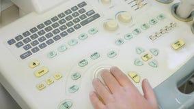 El doctor Works en el teclado del dispositivo del ultrasonido metrajes