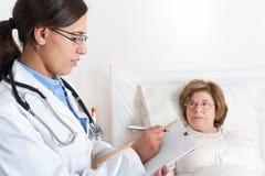 El doctor Writing Prescription Fotos de archivo libres de regalías