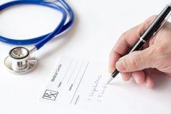 El doctor Is Writing una prescripción Imágenes de archivo libres de regalías