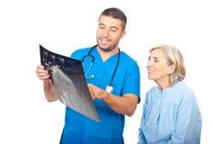 El doctor y el paciente repasan buenos resultados de MRI Imágenes de archivo libres de regalías
