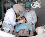 El doctor y la enfermera hacen el examen médico Imagenes de archivo