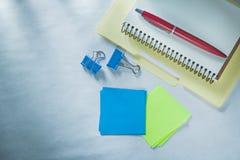 El documento de papel de la pluma del biro de la carpeta del cuaderno acorta recordatorios pegajosos imagenes de archivo