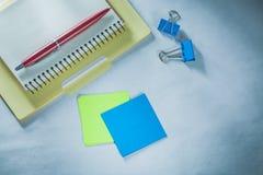 El documento de papel de la pluma del biro de la carpeta de la libreta acorta recordatorios foto de archivo libre de regalías