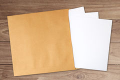 El documento en marrón se convierte Imagen de archivo