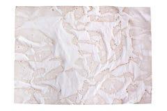 El documento marrón viejo arrugado sobre el fondo blanco aislado cerca para arriba con plase del texto, arrugó la hoja de papel v imagenes de archivo
