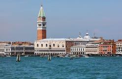 El Doge' palacio y el St Mark &#x27 de s; campanil de s en Venecia Foto de archivo libre de regalías