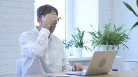 El dolor de cabeza, centro joven tenso del trastorno envejeció al hombre que trabajaba en oficina almacen de video
