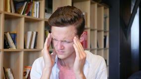 El dolor de cabeza, depresión, subraya el retrato del hombre joven