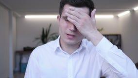 El dolor de cabeza, retrato del centro tenso envejeció al hombre de negocios en oficina almacen de metraje de vídeo