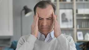 El dolor de cabeza, retrato del centro tenso envejeci? al hombre en oficina metrajes