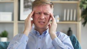 El dolor de cabeza, retrato del centro tenso envejeci? al hombre de negocios en oficina metrajes