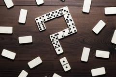 Pedazos del dominó que forman el signo de interrogación en de madera Foto de archivo
