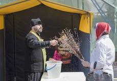 El Domingo de Ramos reclutan a la gente en la iglesia al prie Imagen de archivo libre de regalías
