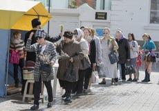 El Domingo de Ramos reclutan a la gente en la iglesia al prie Imagen de archivo
