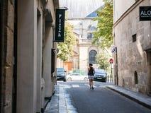 El domingo por la mañana basculador cerca de DES Pres, París de Eglise St Germain Foto de archivo libre de regalías