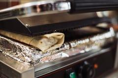 El doner de Shawarma coció en un horno eléctrico en un restaurante de los alimentos de preparación rápida imágenes de archivo libres de regalías