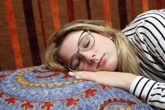 El dormir adolescente en el sofá Fotos de archivo