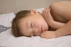 El dormir adorable del muchacho imagen de archivo
