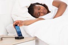 El dormir africano de la muchacha imagen de archivo libre de regalías