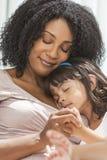 El dormir afroamericano de la hija de la madre del niño de la mujer Imagen de archivo libre de regalías