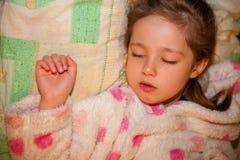 El dormir agradable de la muchacha imagen de archivo libre de regalías