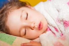 El dormir agradable de la muchacha fotografía de archivo libre de regalías