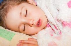 El dormir agradable de la muchacha fotos de archivo