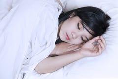 El dormir asiático de la mujer fotos de archivo