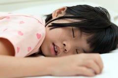 El dormir asiático del niño Imagen de archivo